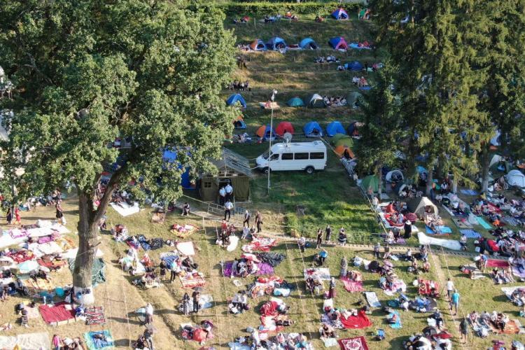 Imagini spectaculoase de vineri seara de la Nicula! Sunt 1.500 de credincioși la slujbă - FOTO