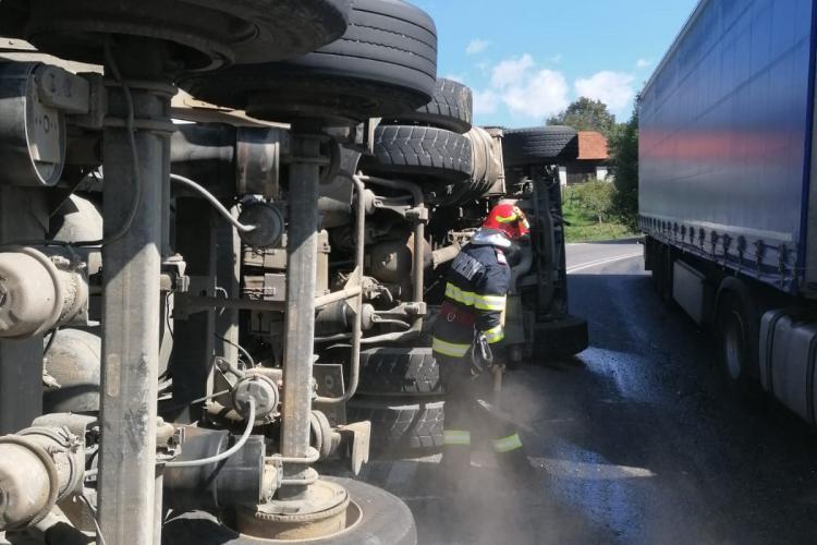 ATENȚIE, șoferi! Trafic îngreunat pe drumul spre Oradea. Un TIR plin cu pietriș s-a răsturnat pe marginea drumului FOTO