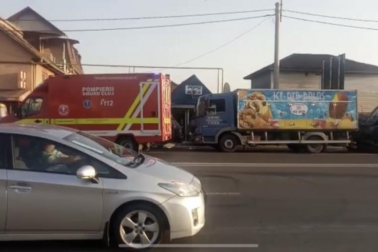 Accident între un microbuz și un camion în Someșeni. Mai multe persoane au ajuns la spital VIDEO