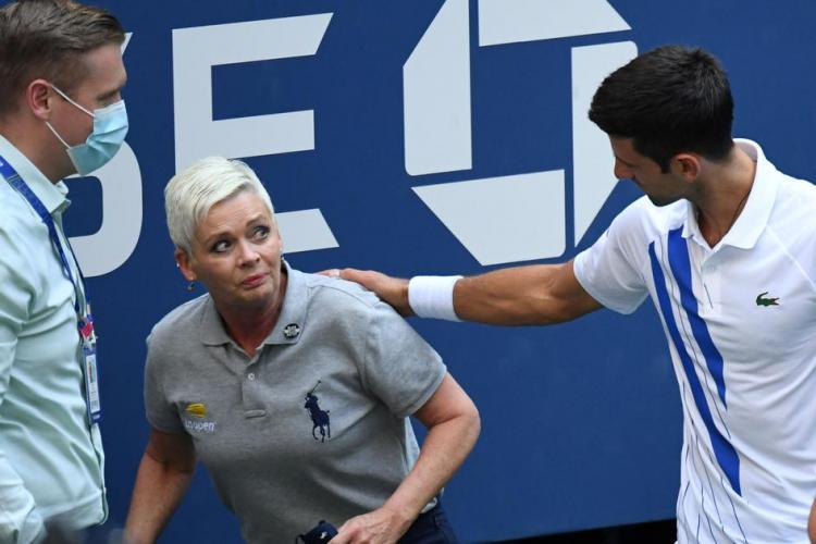 Djokovic a fost descalificat de la US Open după ce a lovit cu mingea o femeie arbitru. Ce sancțiuni a primit