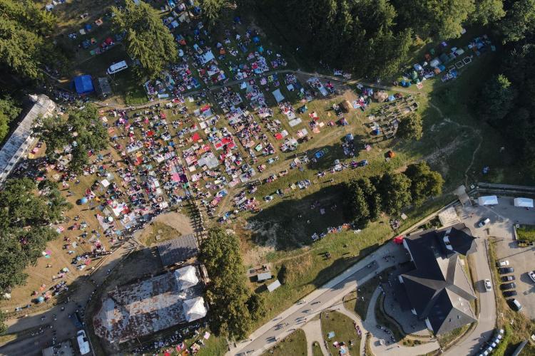 Situația pelerinajului de la Nicula: Peste 2.500 de credincioși în incinta mănăstirii. S-au dat și 10 amenzi