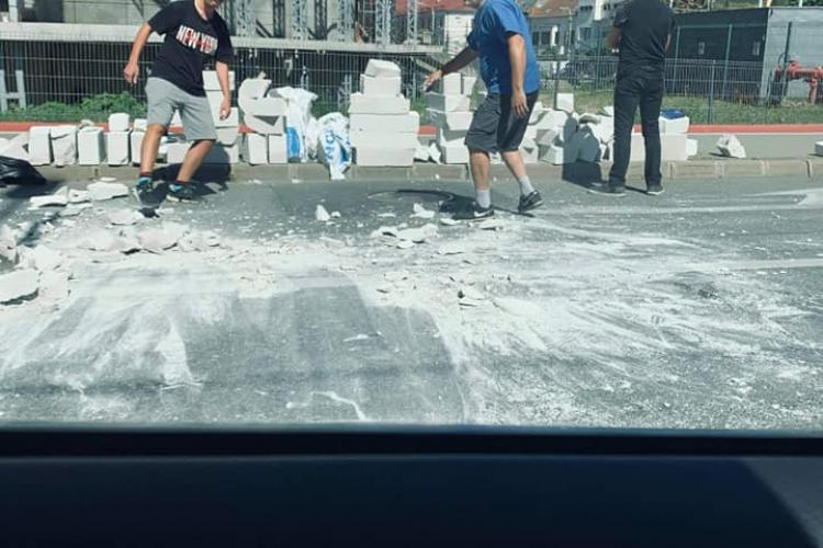 Dorel la treabă în Piața Cipariu! A răsturnat remorca cu BCA - FOTO