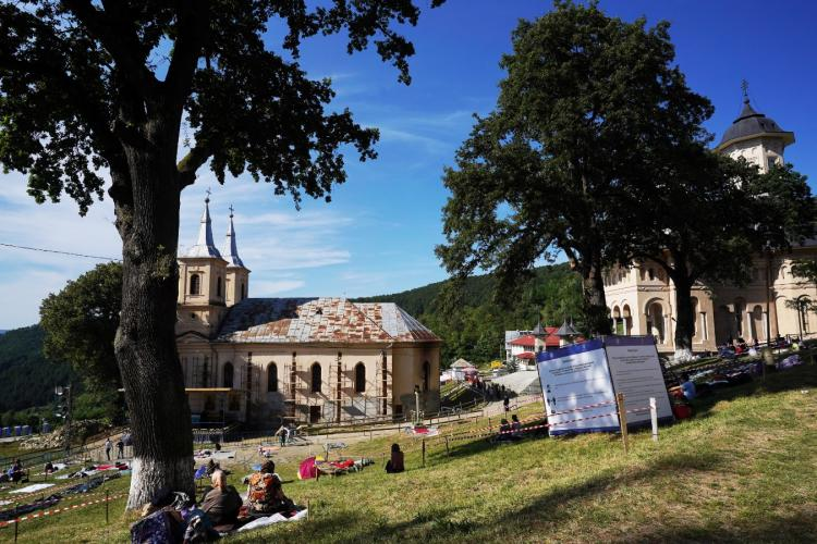 Număr foarte mic de pelerini la Mănăstirea de la Nicula: Icoana nu poate fi pupată