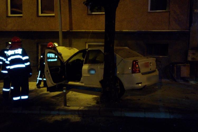 Accident cu trei victime pe Calea Turzii. Un taxi a ieșit de pe carosabil și a luat foc FOTO