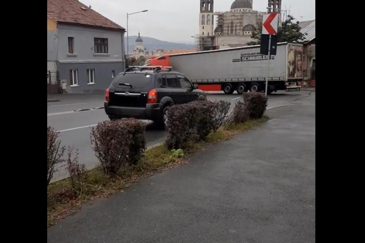 """Șofer """"profesionist"""" întoarce TIR-ul în plină stradă, pe Calea Turzii VIDEO"""