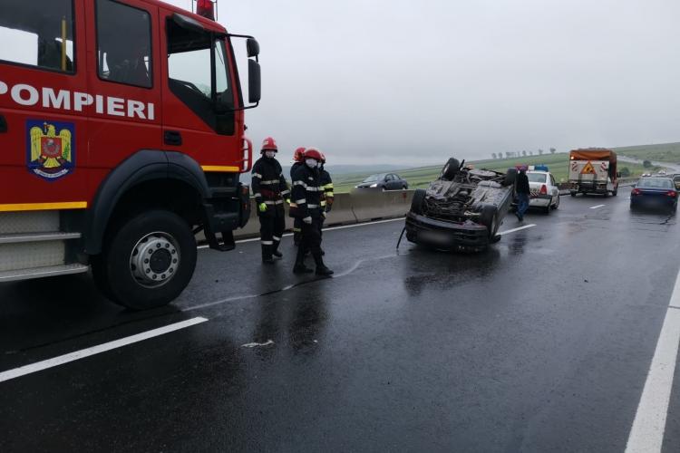 Mașină răsturnată în plină stradă la Tureni. Un bărbat a ajuns la spital FOTO