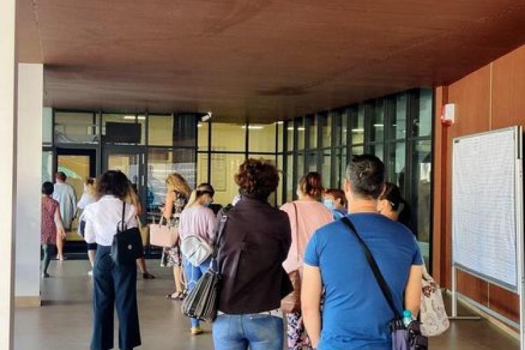 Inspectoratul Școlar Cluj ține profesorii la coadă pentru ridicarea unor acte, dar vrea să facă școală online - FOTO