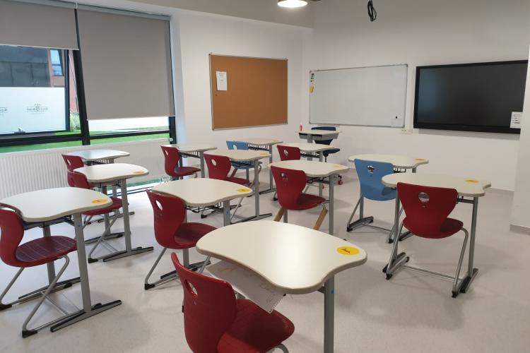 Royal School își deschide porțile noilor facilități. Au revenit desenele pline de culoare ale copiilor pe pavajul școlii (P)