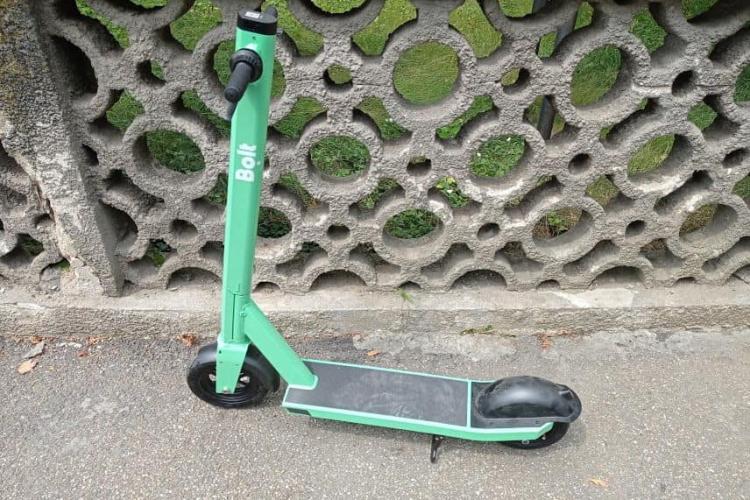 O fetiță de 5 ani lăsată de tată să se dea cu trotineta electrică a plonjat lată pe trotuar: Idiot de părinte care ești!!!