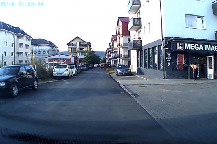 CLUJ: Paznic de supermarket filmat în timp ce scormonea în gunoi după măști pentru a le refolosi VIDEO