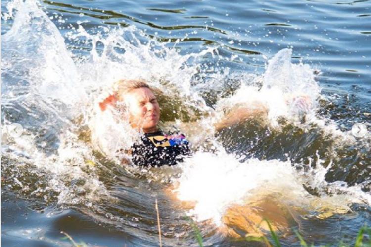 Simona Halep a câștigat trofeul la Praga și s-a aruncat în fluviul Vltava. Imagini virale