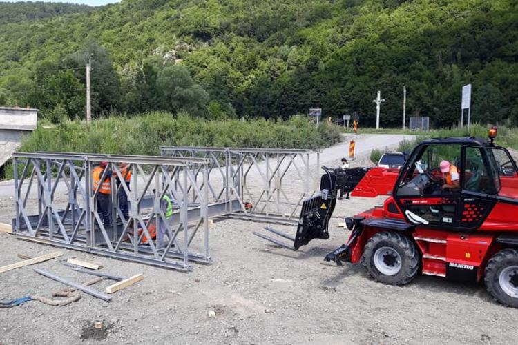 Atenție, șoferi! Se montează un pod metalic provizoriu la Valea Drăganului