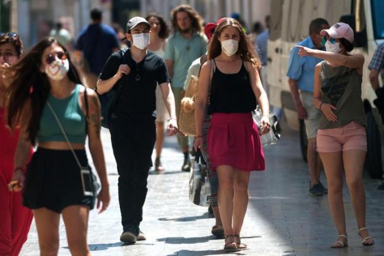 Italia impune obligaţia de a purta masca în aer liber dacă nu se poate respecta distanța