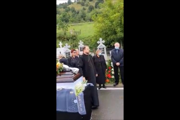 Preot din Cluj (Tăuți) la înmormânare, FURIOS pe rudele care nu au plătit locul de veci: De ce v-ați făcut preot? Preotul: Eu nu sunt sluga voastră - VIDEO