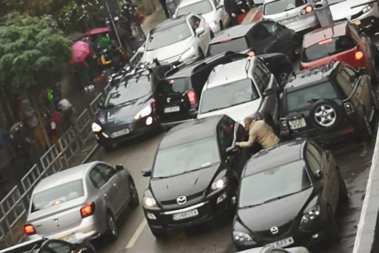 Secvență din traficul clujean, surprinsă la miezul zilei! Părinții își iau copiii de la școală - FOTO