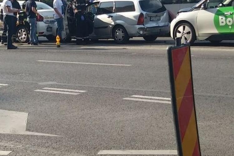 Accident pe Calea Florești! Trei mașini s-au lovit la semaforul de la Penny - FOTO