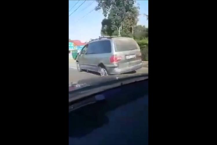 Cluj: Șofer care circulă fără anvelopă la o roată prin Gilău: Noul model de roată de rezervă - VIDEO
