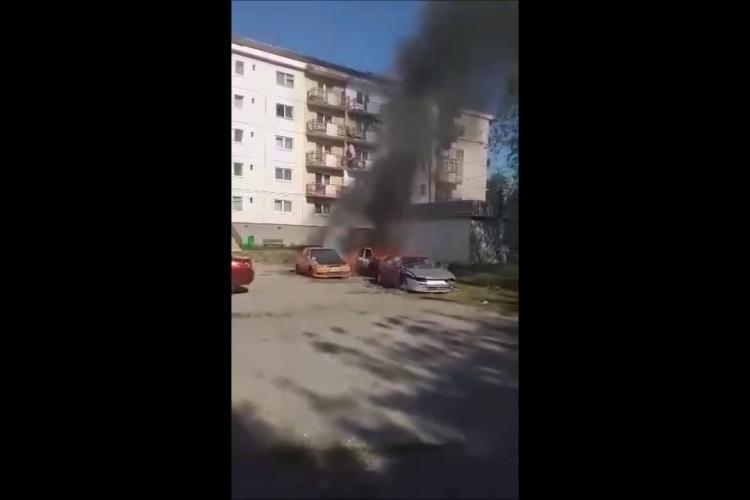 O mașină a luat foc în Câmpia Turzii, iar oamenii s-au panicat că se aprind și altele - VIDEO