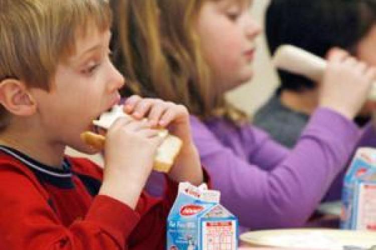 Elevii clujeni sunt sfătuiți să nu își ducă mâncare la școală - VIDEO