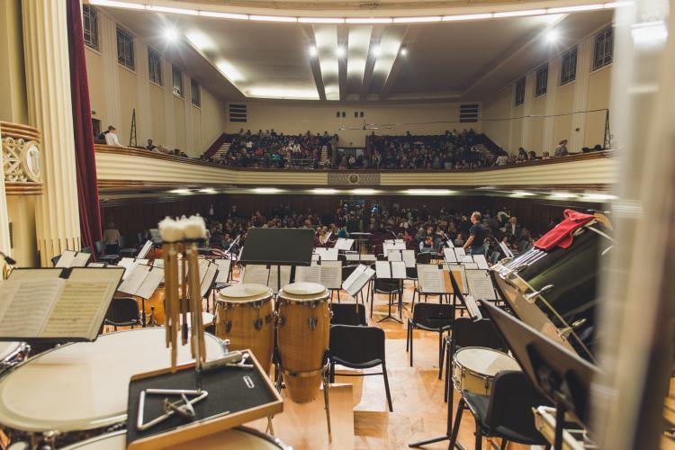 """Angajați cu COVID la Filarmonicii de Stat """"Transilvania"""". Spectacolul de deschidere a stagiunii s-a anulat"""