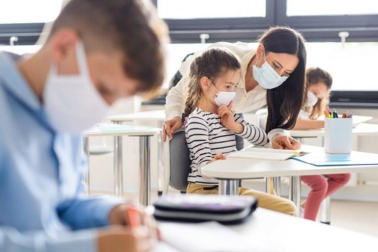 Ministrul Educației: Elevii care nu poartă mască riscă să li se scadă nota la purtare