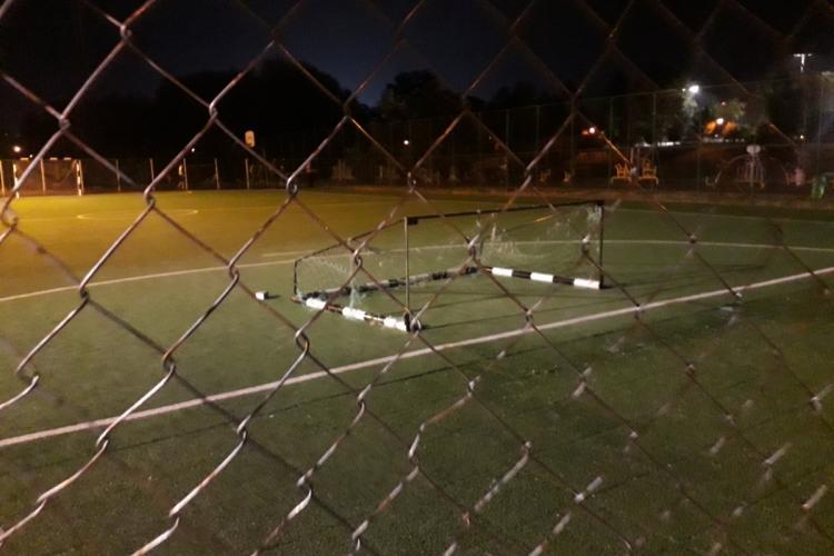 O poartă de fotbal din Parcul Grigorescu a căzut peste un copil care juca fotbal