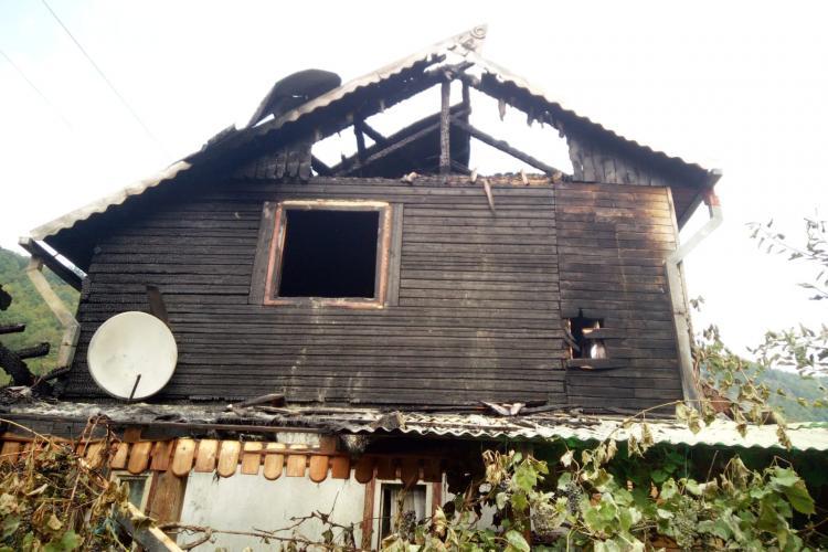 Cabană mistuita de flăcări la Someșu Rece. Incendiul a fost stins după câteva ore FOTO