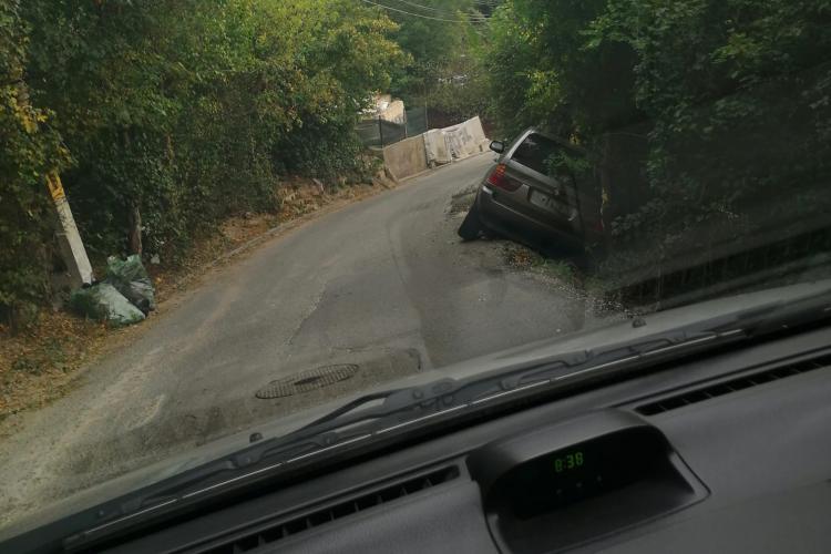 """Parcă e concurs de accidente pe strada Uliului, din Cluj-Napoca. Două mașini """"eșuate"""" în câteva ori - FOTO"""