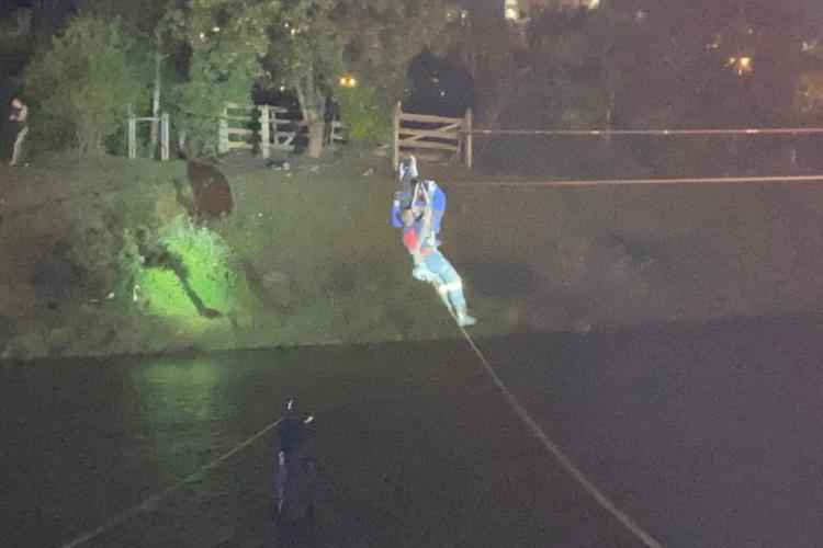 Tânăr rămas agățat de un cablu deasupra Someșului, salvat de pompieri FOTO/VIDEO