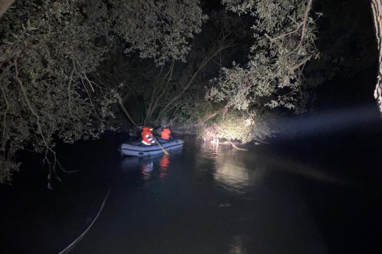 Clujean salvat de la înec din Someș. A stat zeci de minute prins de crengile unui copac FOTO
