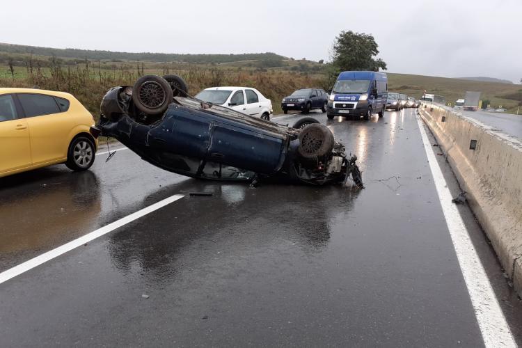 Un șofer s-a răsturnat cu mașina în Vâlcele. Noroc cu separatorul se sensuri - FOTO