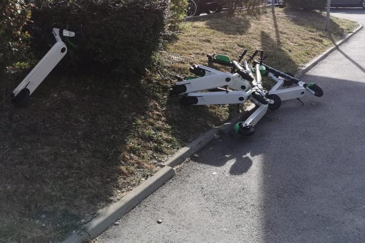 Clujenii se răzbună pe trotinetele electrice care ocupă trotuarele - FOTO
