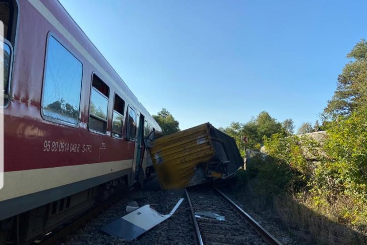 Accident feroviar la Poieni. Un container a căzut de pe o trailer și a fost lovit de tren - VIDEO și FOTO