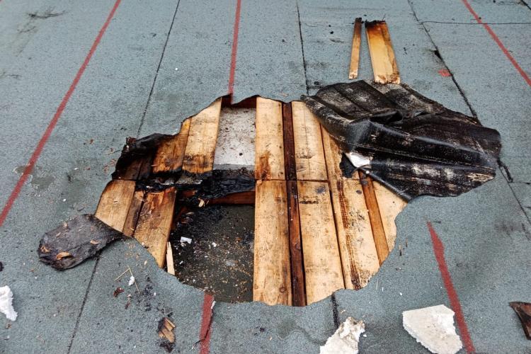 Un clujean a vrut să își repare acoperișul și era să își dea foc la casă - FOTO