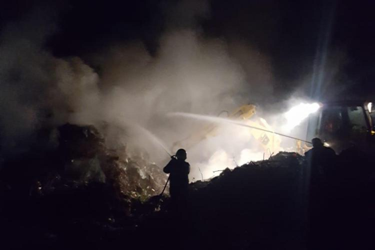 Incendiu masiv la o stivă de resturi de lemn pe strada Oașului. Pompierii intervin de peste 12 ore FOTO/VIDEO