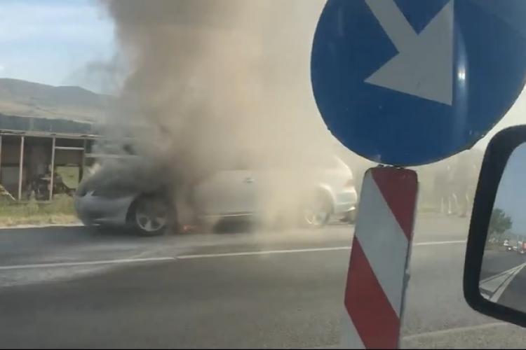 BMW în flăcări la ieșire din Florești! Participanții la trafic au dat dovadă de spirit civic FOTO