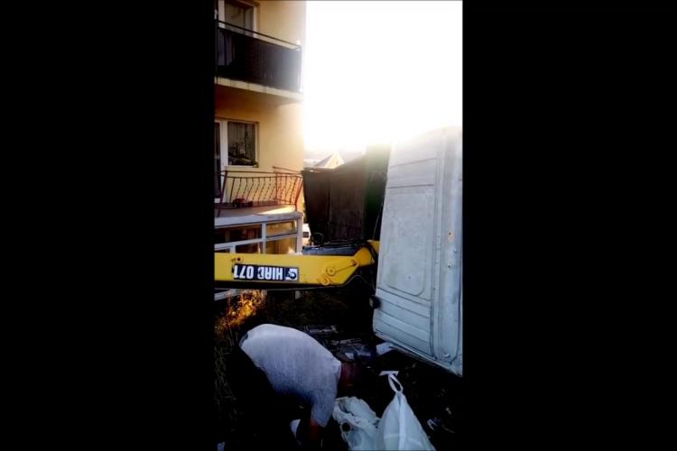 """""""Dorel"""" s-a răsturnat cu macaraua în Baciu, peste balcoanele oamenilor - VIDEO"""