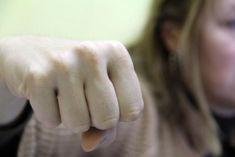 Wonder woman de România! O tânără de 22 de ani a bătut patru polițiști și trei bodyguarzi