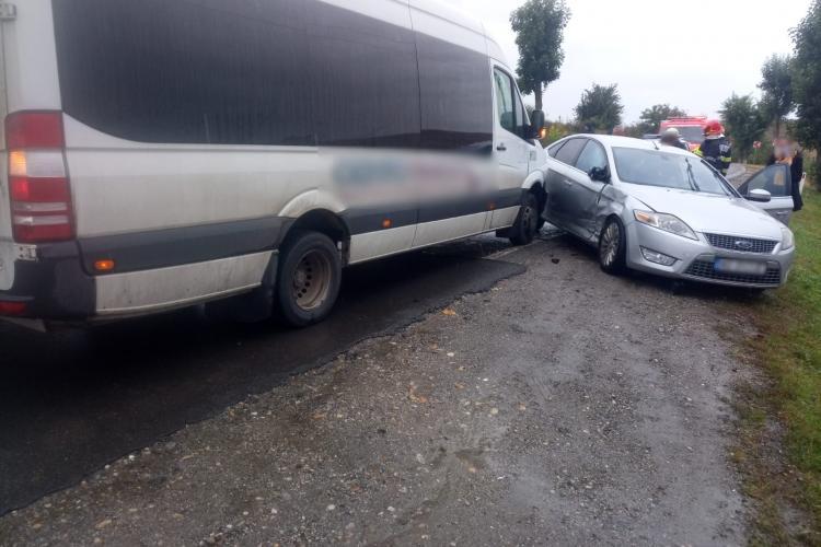 Accident între un microbuz și o mașină la ieșire din Apahida