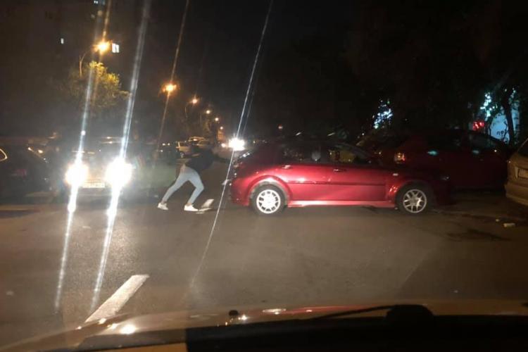 Cluj: Strada Ion Mester blocată de o mașină care a ajuns în mijlocul drumului - FOTO