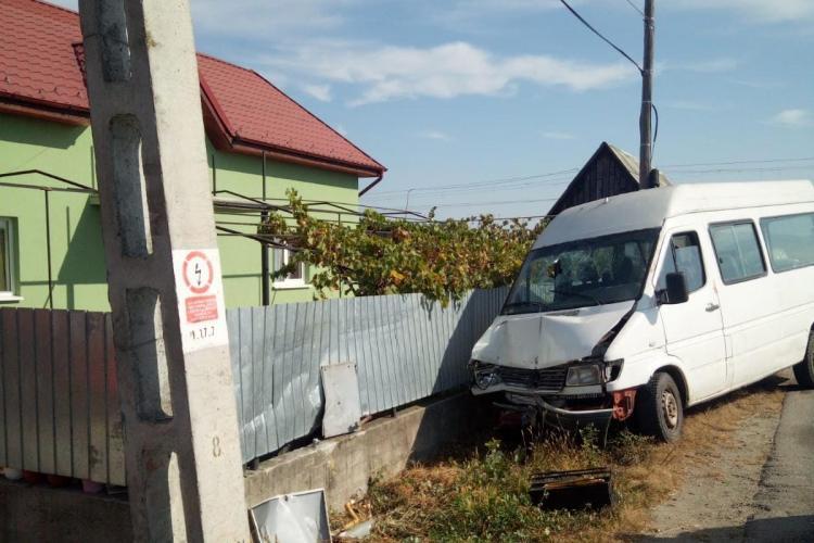 Accident la Răscruci: Un șofer a intrat cu microbuzul în țeava de gaz FOTO