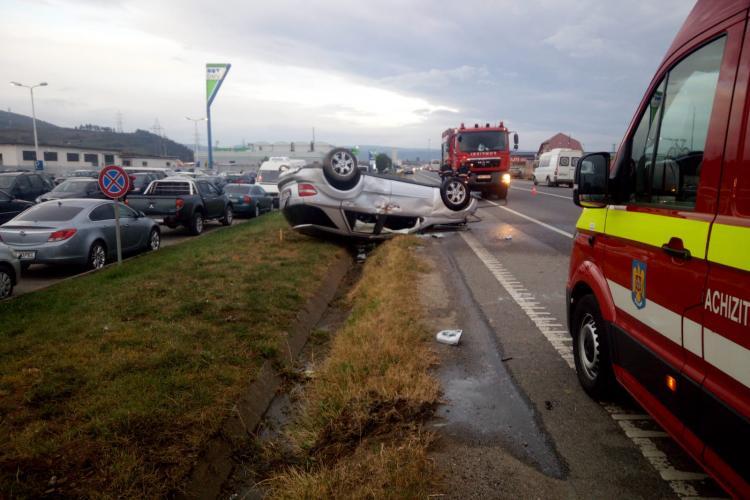 Accident impresionant între Florești și Gilău. Un șofer s-a răsturnat cu mașina pe stradă FOTO