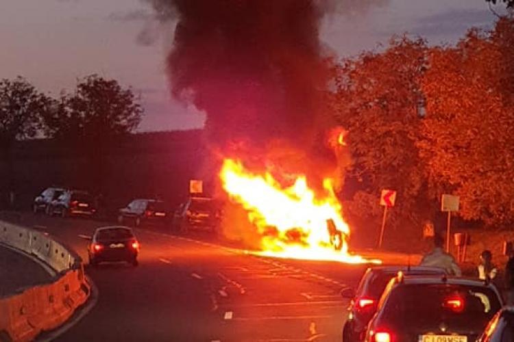 Autoturism aprins la Tureni! Mașina a luat foc și a ars ca o torță - FOTO