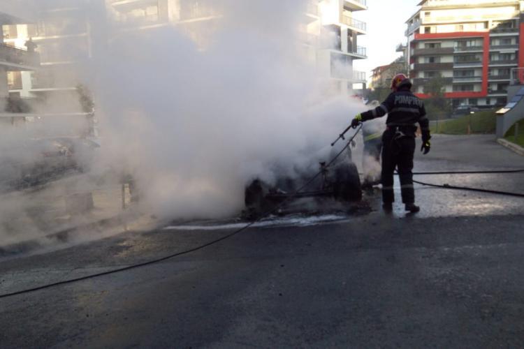 Mașina făcută scrum în cartierul Bună Ziua. Pompierii au acționat rapid FOTO