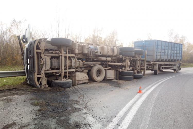 Atenție, șoferi! Camion răsturnat pe drum, la Piatra Craiului FOTO