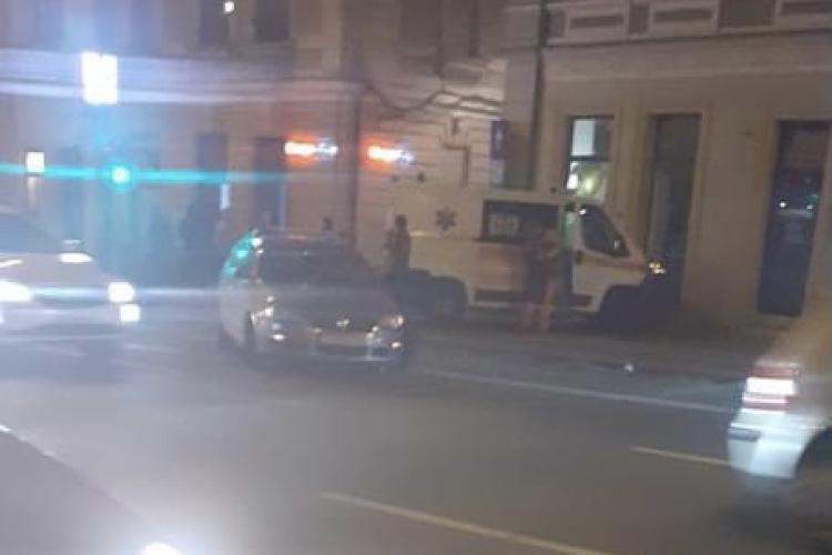 Accident în centrul Clujului. O ambulanță a ajuns în ușa unui magazin FOTO