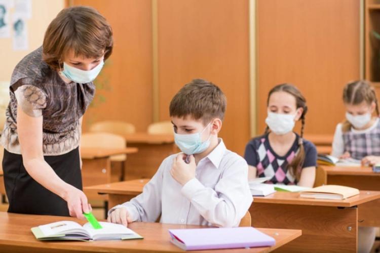 Inspectoratul Școlar Cluj a cumpărat 730.000 de măști pentru elevi. Cu tabletele școlare lucrurile întârzie