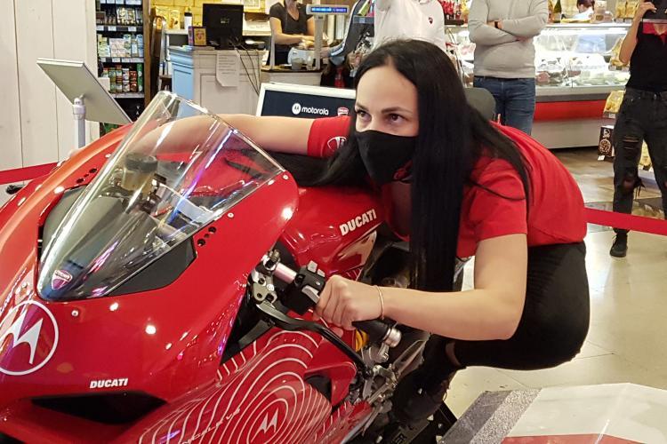 Cu Motorola poți câștiga o motocicletă Ducati Panigale V2. La Iulius Mall Cluj poti testa GRATUIT un simulator unic de curse - VIDEO