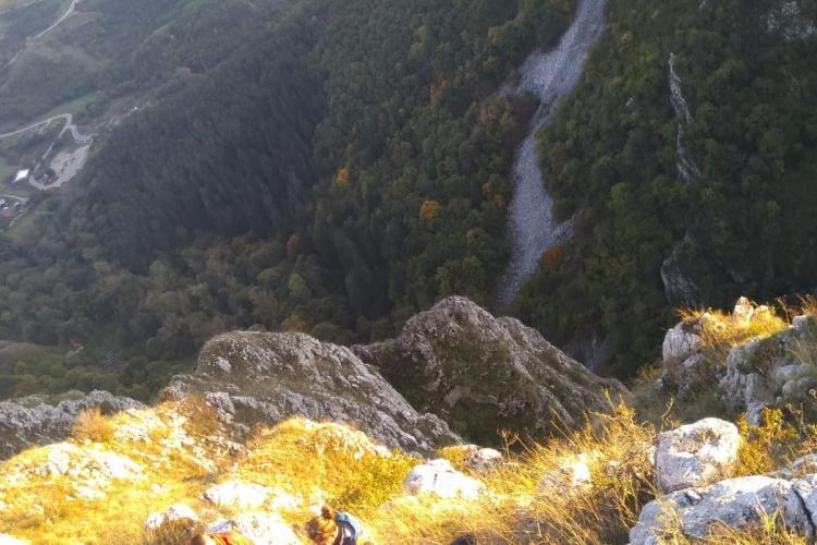 UPDATE Bărbat prăbușit cu parapanta la Cheile Turzii. Pompierii au coborât 15 metri pentru a-l salva FOTO