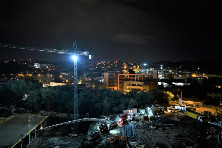 Scandal în Dâmbu Rotund, din cauza unui șantier: Muncitorii toarnă beton și operează macarale la aproape 12 noaptea FOTO/VIDEO